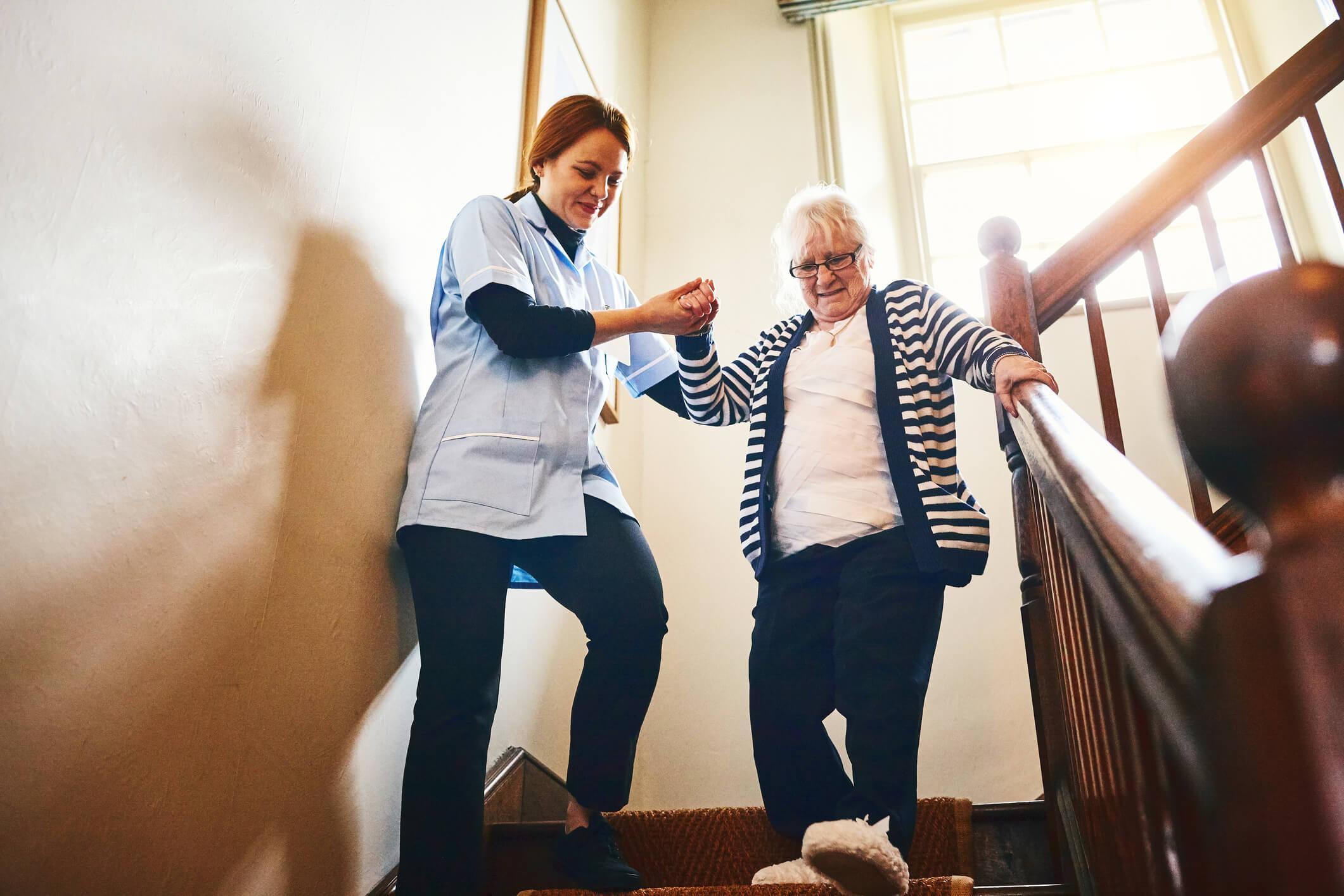 como-contratar-um-cuidador-de-idosos