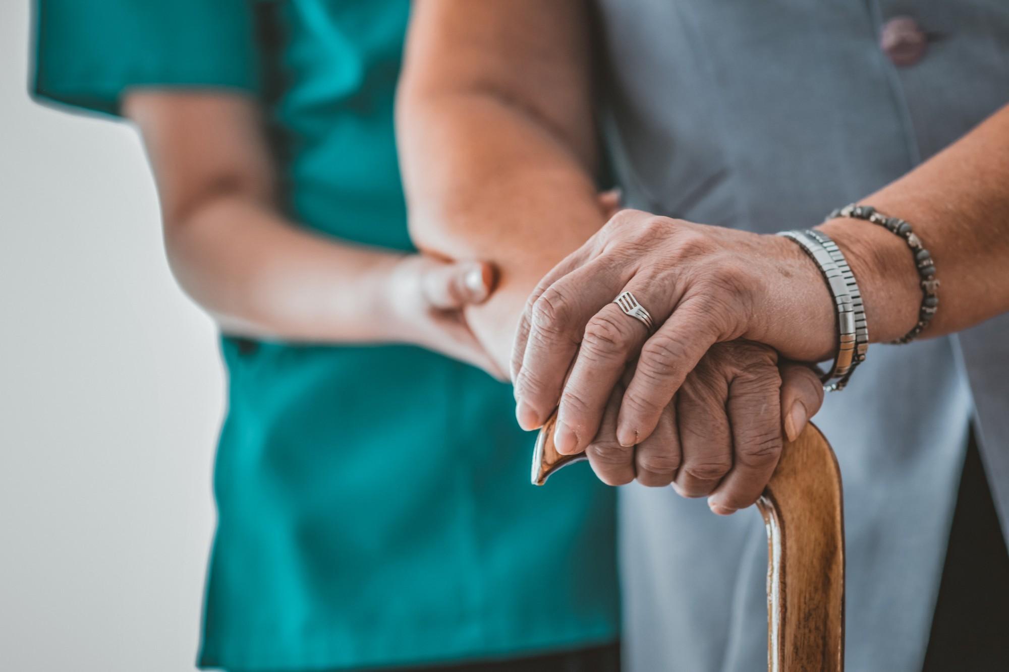 Entenda como cuidar de um idoso com osteoporose