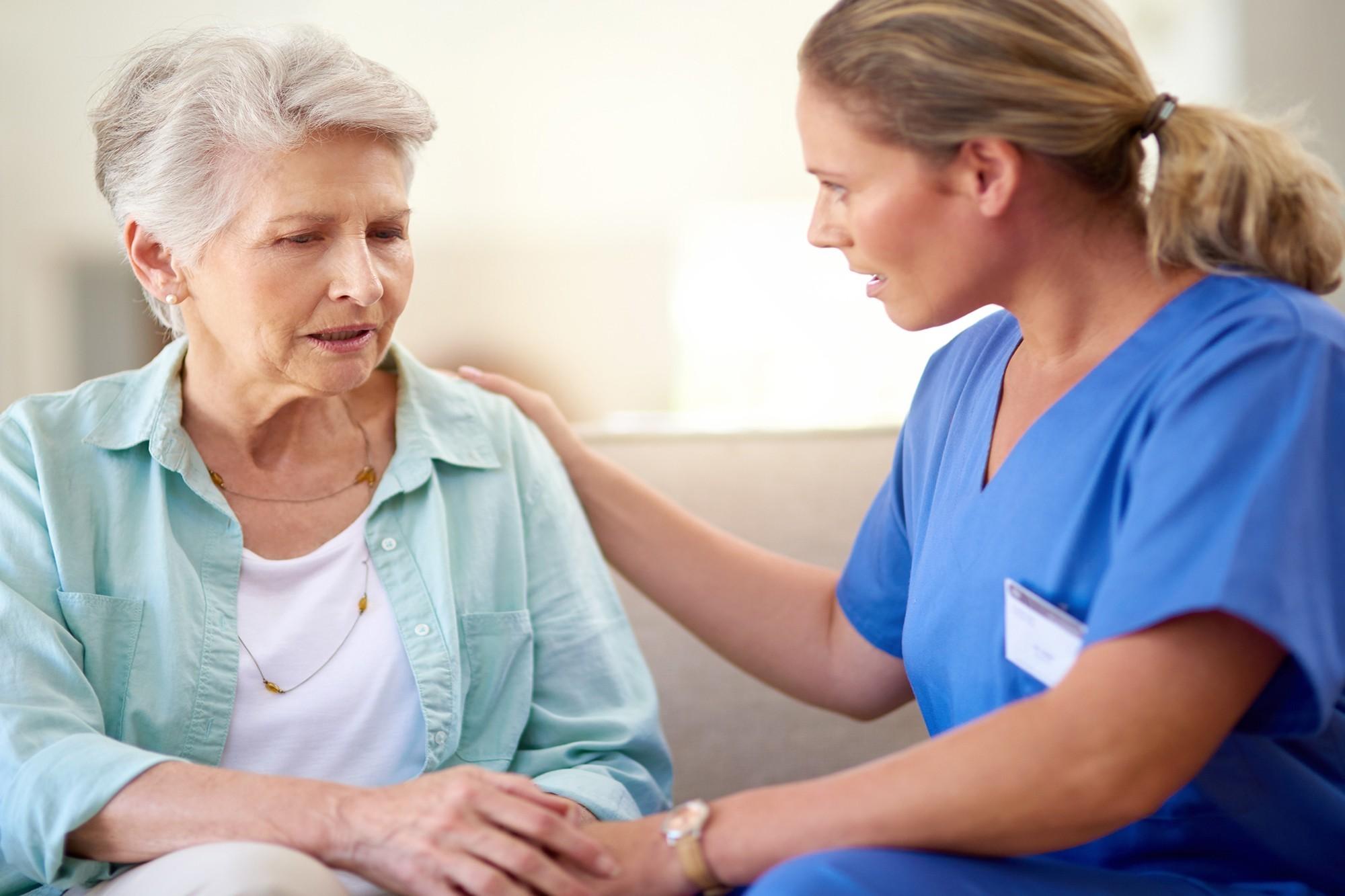 Cuidador de idoso com Alzheimer: como escolher o melhor profissional?