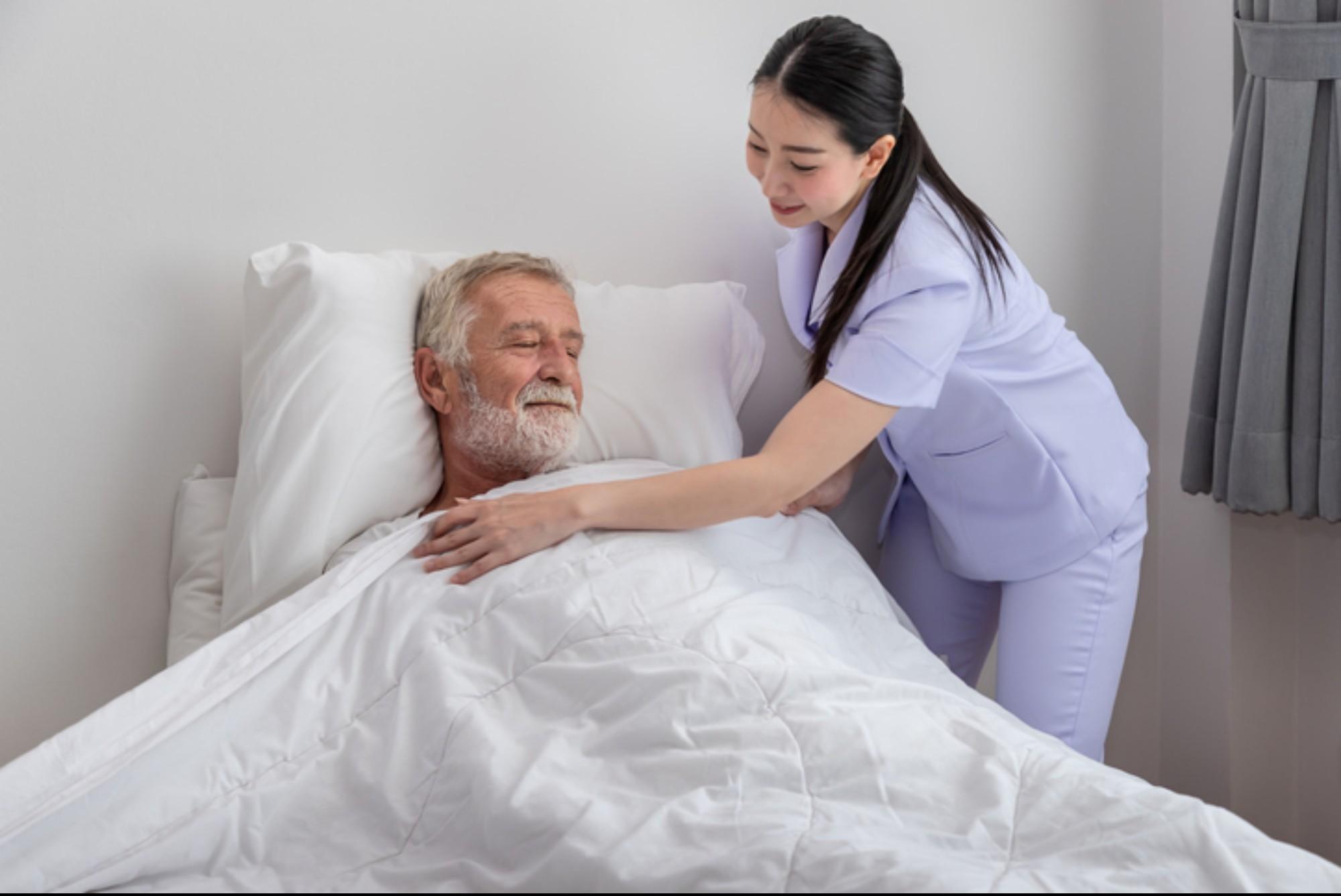Como cuidar de idosos à noite? Entenda suas principais necessidades